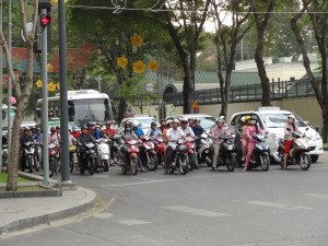 Les « gangs » de motos à l'arrêt, prêts à démarrer au quart de tour