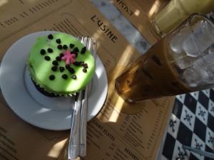 Café glacé vietnamien et cupcake menthe-chocolat