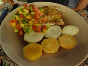 Bar grillé, sauce mangue-avocat, manioc et patate douce à la vapeur