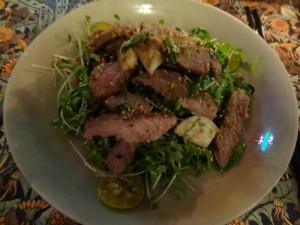 Salade de boeuf grillé à la citronnelle, avec kumquat et aubergines blanches