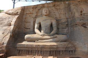 Buddha en position dhyana mudra