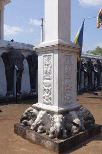 Les éléphants longeant Ruwanwelisaya