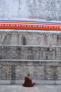 Moine devant la stupa