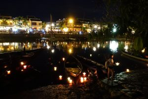 Bougies flottant dans le fleuve