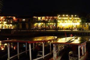 Vue sur la rive de nuit