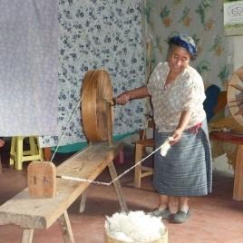 Paulina en train de filer les bobines de laine